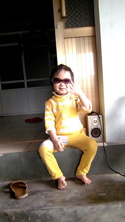 hoang thi phuong uyen - ad66920 - co gai thich nghe nhac - 1