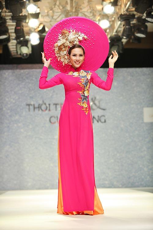 thanh hang dep long lay tren san khau voi ao dai - 9