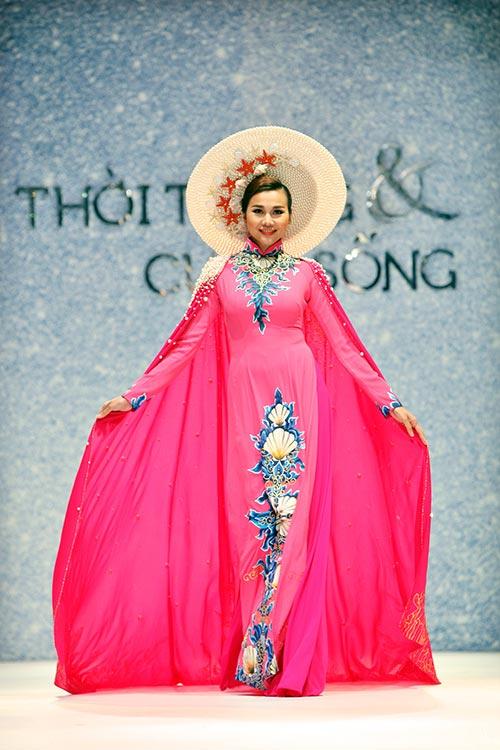 thanh hang dep long lay tren san khau voi ao dai - 2