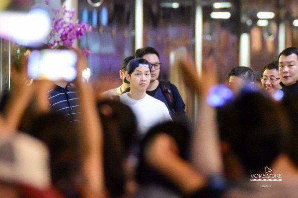 fan thai cho suot 6 tieng de gap song joong ki - 1