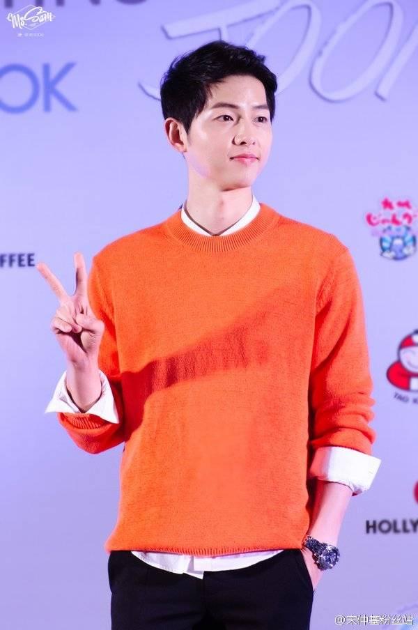 """fan gao thet truoc man hat di dong cua """"dai uy"""" song joong ki - 10"""