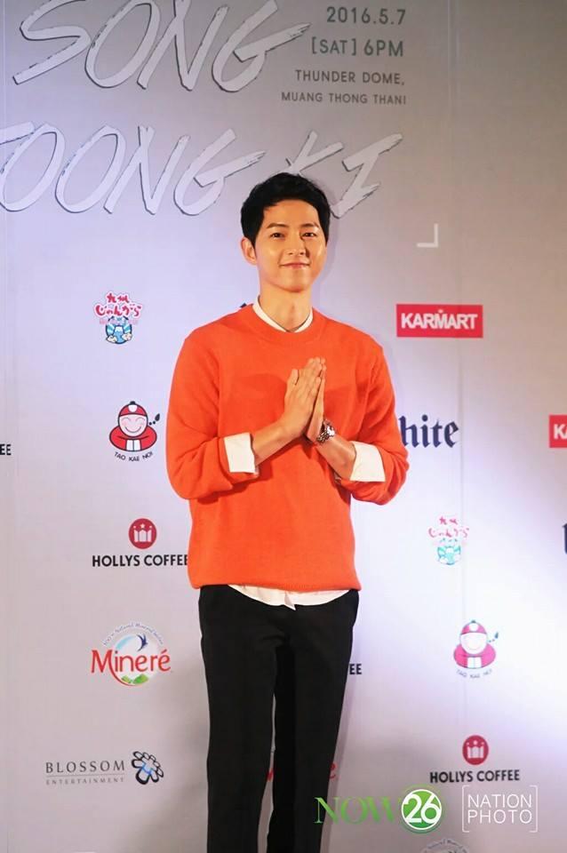 """fan gao thet truoc man hat di dong cua """"dai uy"""" song joong ki - 11"""
