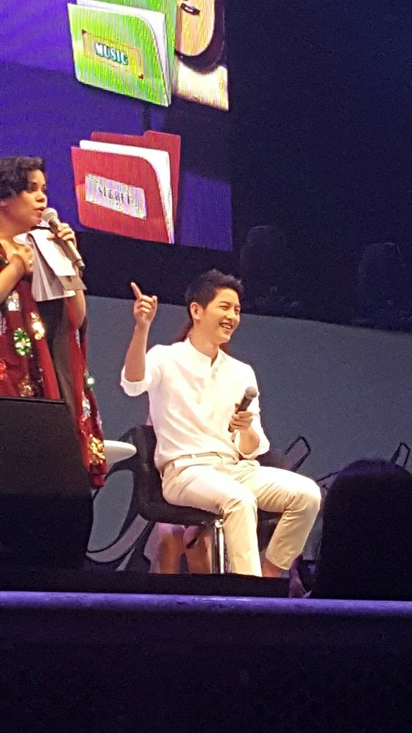 """fan gao thet truoc man hat di dong cua """"dai uy"""" song joong ki - 7"""
