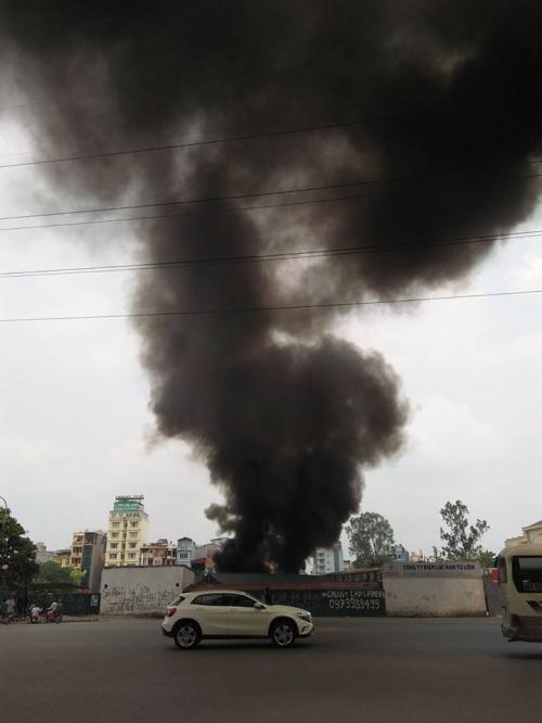 Hà Nội: Cháy ở Công ty Điện lực Nam Từ Liêm, khói đen bao trùm-1