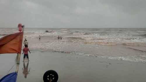 3 nam sinh lớp 11 đuối nước tại biển Hải Lý-2