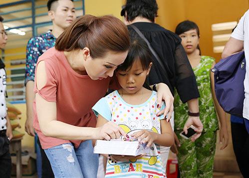Phạm Hương ân cần lau mồ hôi cho Hoa hậu Thu Hoài-9