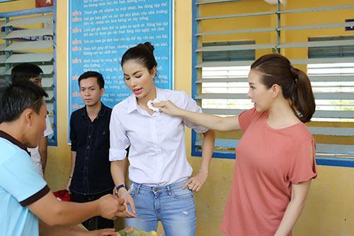 Phạm Hương ân cần lau mồ hôi cho Hoa hậu Thu Hoài-7