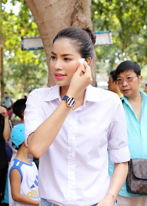 Phạm Hương ân cần lau mồ hôi cho Hoa hậu Thu Hoài-5