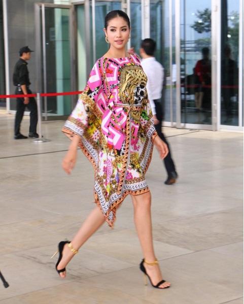 Phạm Hương bị chê xấu khi diện váy đi biển tham dự sự kiện-2