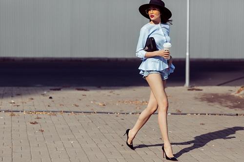 Á hậu Lệ Hằng khoe chân dài sexy không lo cháy nắng-3