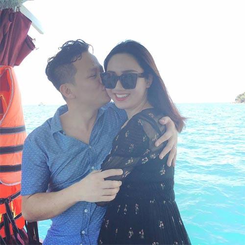 Chồng Á hậu Trà My âu yếm hôn vợ trên biển-1