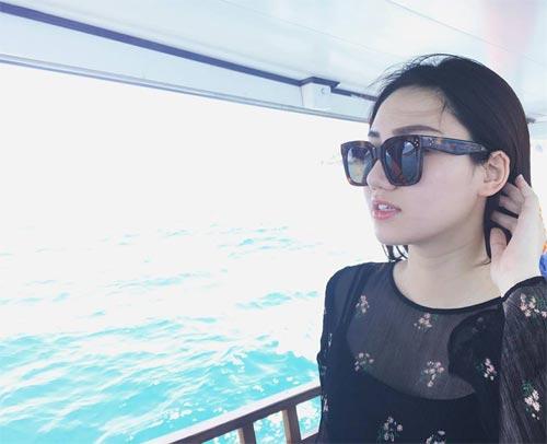 Chồng Á hậu Trà My âu yếm hôn vợ trên biển-2