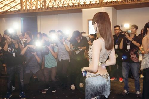 Ngọc Trinh khoe eo thon với váy xuyên thấu tại sự kiện-7