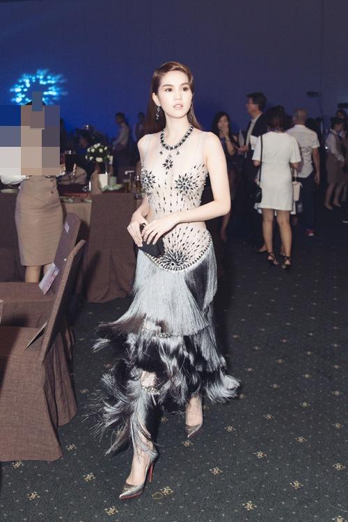 Ngọc Trinh khoe eo thon với váy xuyên thấu tại sự kiện-9