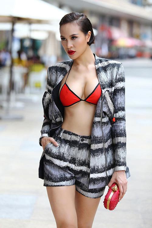 Phương Mai táo bạo diện bikini xuống phố-1