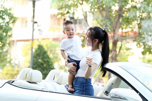 Vy Oanh lái xe mui trần chở con đi chơi ở phố Nguyễn Huệ-4