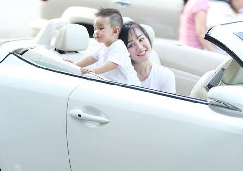 Vy Oanh lái xe mui trần chở con đi chơi ở phố Nguyễn Huệ-3