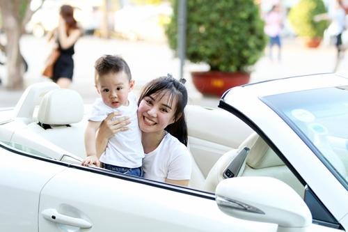 Vy Oanh lái xe mui trần chở con đi chơi ở phố Nguyễn Huệ-2