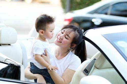 Vy Oanh lái xe mui trần chở con đi chơi ở phố Nguyễn Huệ-1