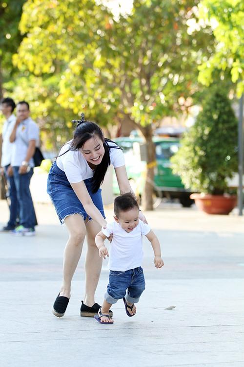 Vy Oanh lái xe mui trần chở con đi chơi ở phố Nguyễn Huệ-5
