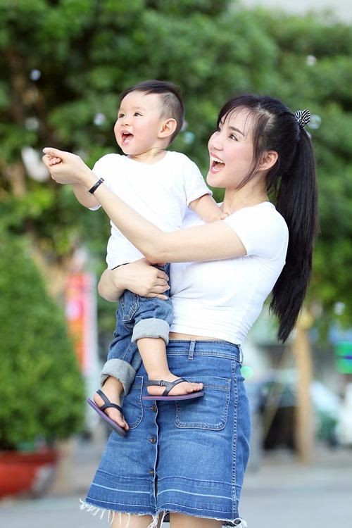 Vy Oanh lái xe mui trần chở con đi chơi ở phố Nguyễn Huệ-14