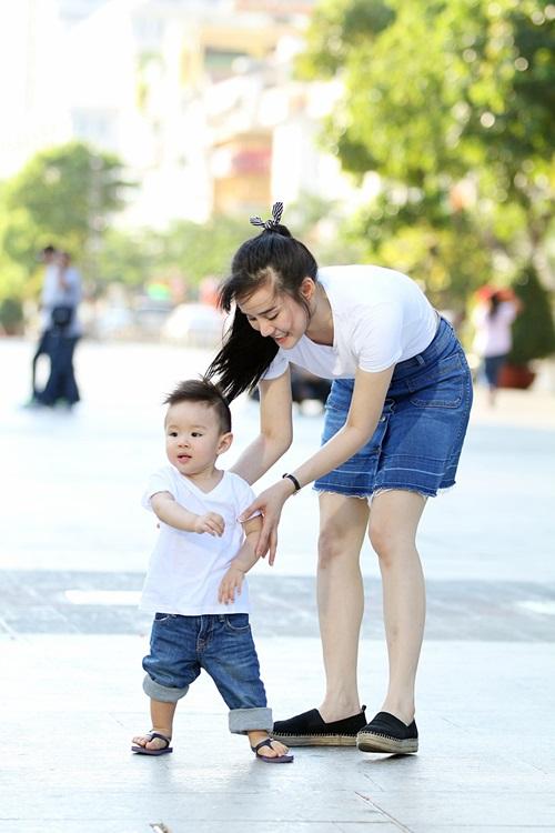 Vy Oanh lái xe mui trần chở con đi chơi ở phố Nguyễn Huệ-6