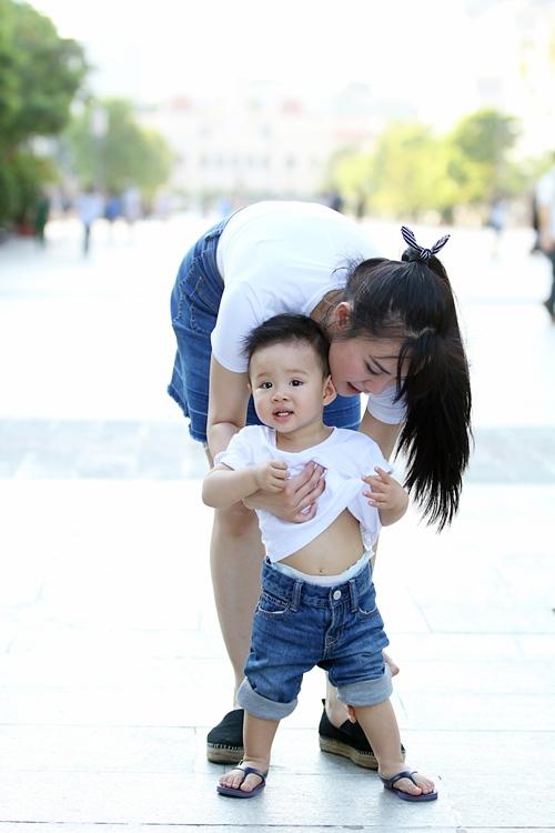 Vy Oanh lái xe mui trần chở con đi chơi ở phố Nguyễn Huệ-7