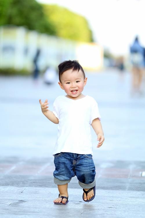 Vy Oanh lái xe mui trần chở con đi chơi ở phố Nguyễn Huệ-11