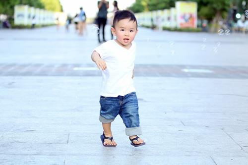Vy Oanh lái xe mui trần chở con đi chơi ở phố Nguyễn Huệ-12