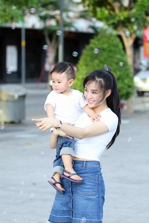 Vy Oanh lái xe mui trần chở con đi chơi ở phố Nguyễn Huệ-13