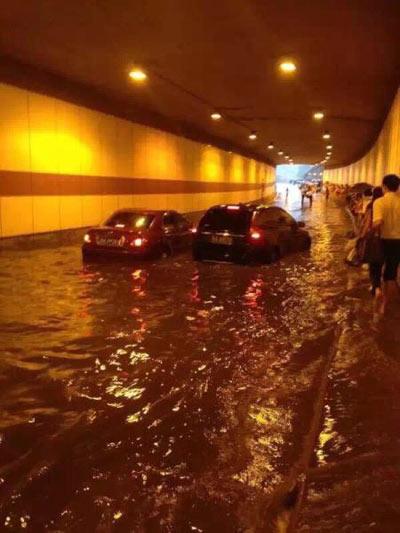 Mưa lớn gây ngập lụt, người dân Quảng Châu lướt ca nô trên phố-10