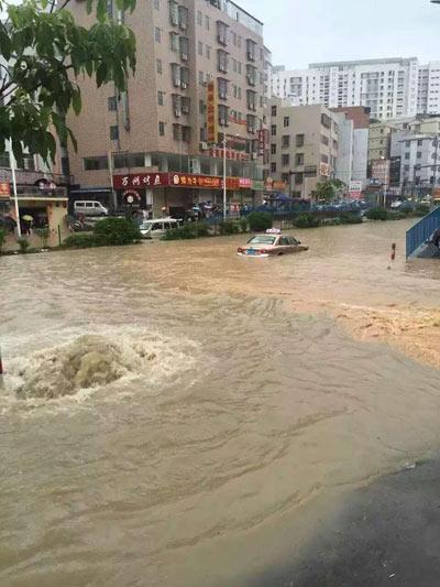 Mưa lớn gây ngập lụt, người dân Quảng Châu lướt ca nô trên phố-11