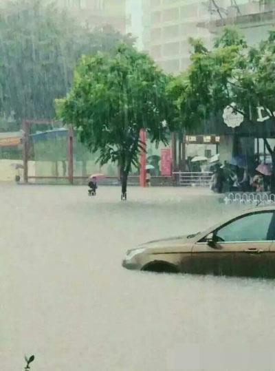 Mưa lớn gây ngập lụt, người dân Quảng Châu lướt ca nô trên phố-12