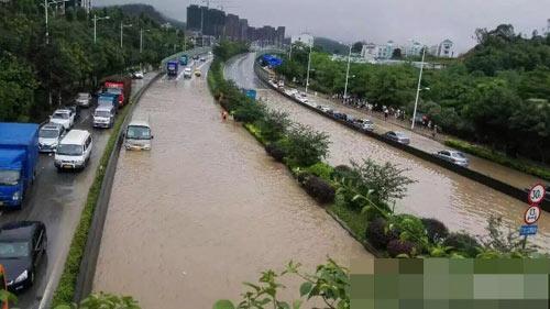 Mưa lớn gây ngập lụt, người dân Quảng Châu lướt ca nô trên phố-2