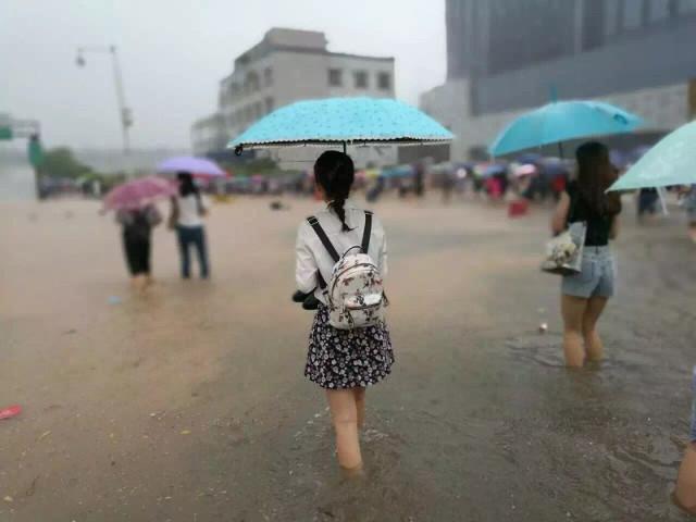 Mưa lớn gây ngập lụt, người dân Quảng Châu lướt ca nô trên phố-3