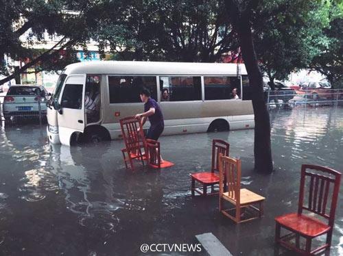 Mưa lớn gây ngập lụt, người dân Quảng Châu lướt ca nô trên phố-4