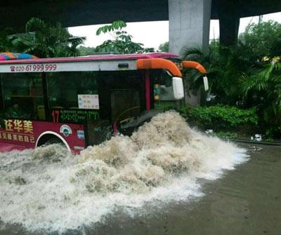 Mưa lớn gây ngập lụt, người dân Quảng Châu lướt ca nô trên phố-5