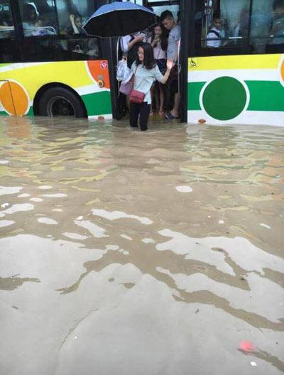 Mưa lớn gây ngập lụt, người dân Quảng Châu lướt ca nô trên phố-6