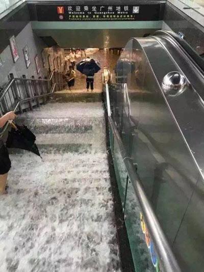 Mưa lớn gây ngập lụt, người dân Quảng Châu lướt ca nô trên phố-7