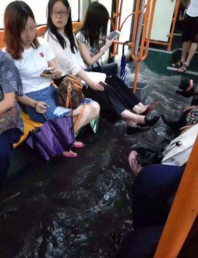 Mưa lớn gây ngập lụt, người dân Quảng Châu lướt ca nô trên phố-8