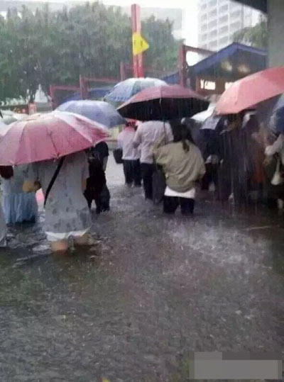 Mưa lớn gây ngập lụt, người dân Quảng Châu lướt ca nô trên phố-9