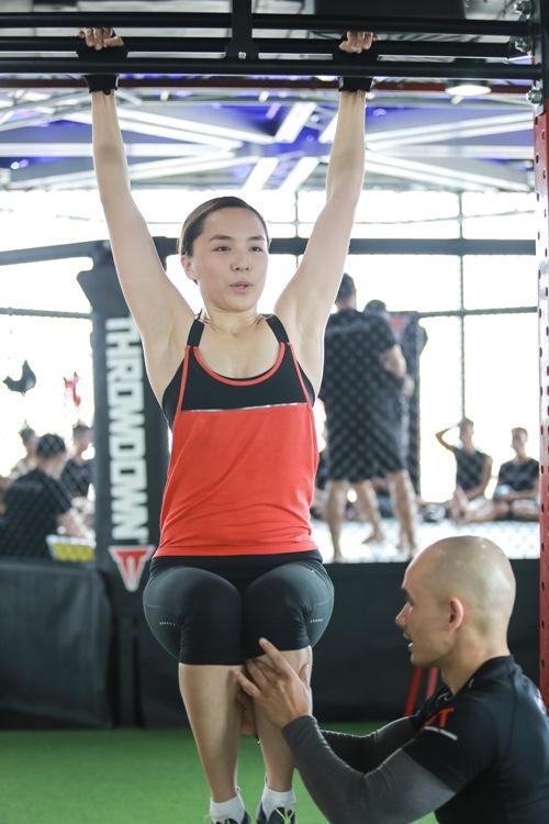 Đột nhập phòng gym xem Á hậu Thiên Lý luyện tập-7