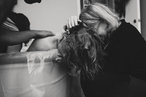 Cảm động hình ảnh mẹ già khóc - cười cùng con gái vượt cạn-9