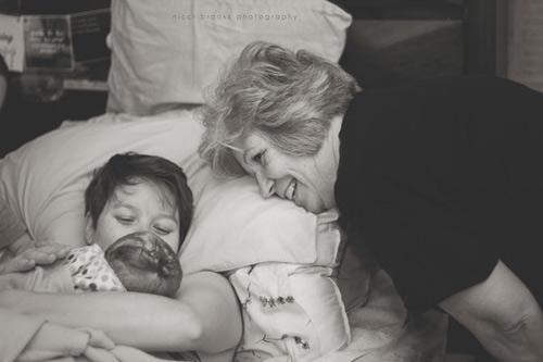 Cảm động hình ảnh mẹ già khóc - cười cùng con gái vượt cạn-12