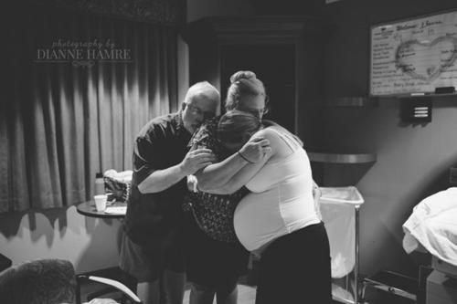 Cảm động hình ảnh mẹ già khóc - cười cùng con gái vượt cạn-14