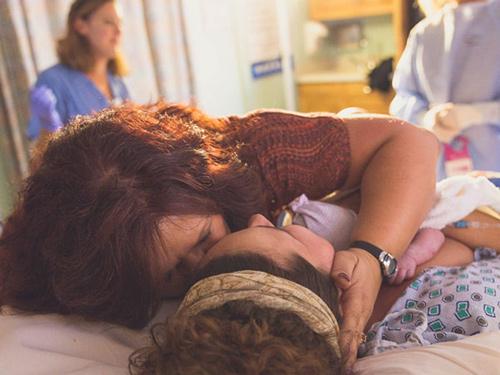 Cảm động hình ảnh mẹ già khóc - cười cùng con gái vượt cạn-8