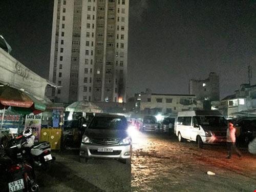 Cháy chung cư ở Bình Thạnh, dân hoảng loạn tháo chạy-1