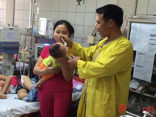 Con dưới 2 tháng tuổi viêm phổi vì bố mẹ quan niệm quấn chặt tránh giật mình-1