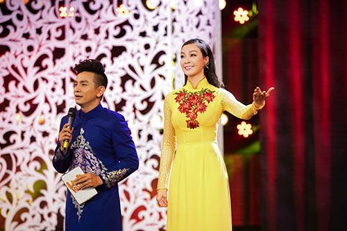 mc thanh mai dien 2 ao dai di lam giam khao - 8