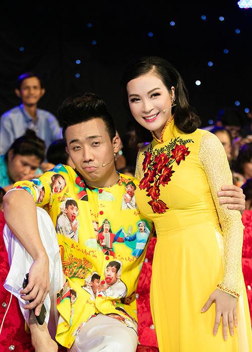 mc thanh mai dien 2 ao dai di lam giam khao - 6